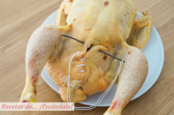 Como coser un pollo relleno