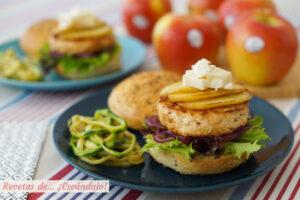 Hamburguesas de pollo con manzana a la plancha, queso de cabra y pan casero