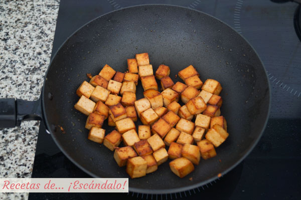 Tofu marinado salteado