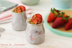 Pudin de semillas de chia con fresas. Receta de desayuno saludable y rapido