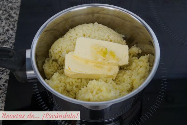 un poco de sal (si las has cocido en olla las patatas ya llevarán un poco de sal pero si las has hecho en el microondas no llevaban nada así que tenlo en cuenta) y pimienta negra recién molida al gusto