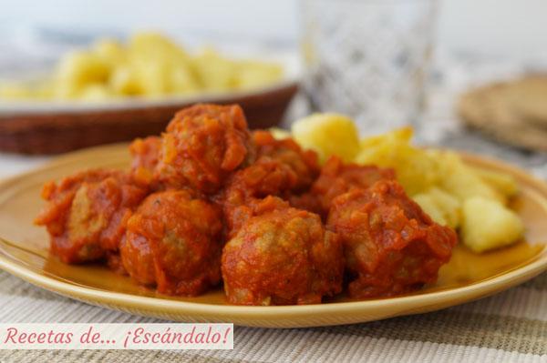 Receta de albondigas de carne con salsa de tomate casera y patatas salteadas