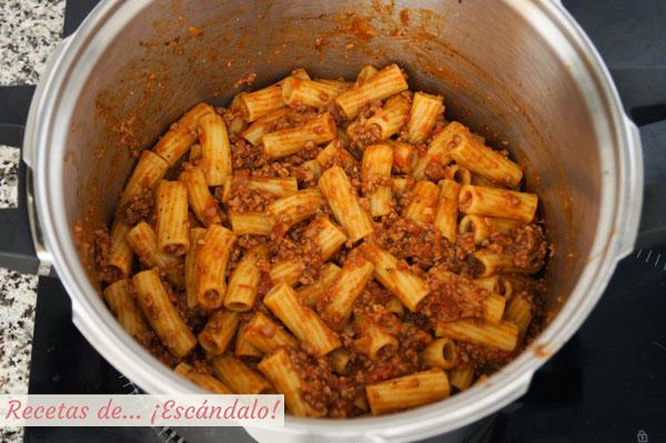 Pasta rigatoni con salsa bolonesa
