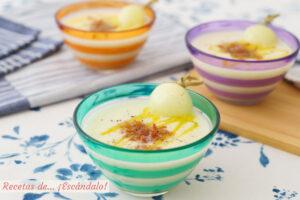 Sopa fría de melón con jamón crujiente. Receta fácil y refrescante