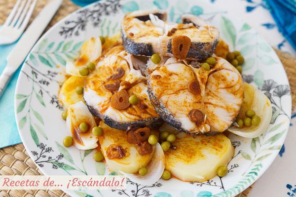 Como hacer merluza a la gallega con ajada, patatas y guisantes. Receta tradicional