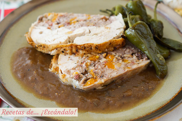 Receta de pollo relleno deshuesado al horno con salsa de cebolla y sus jugos