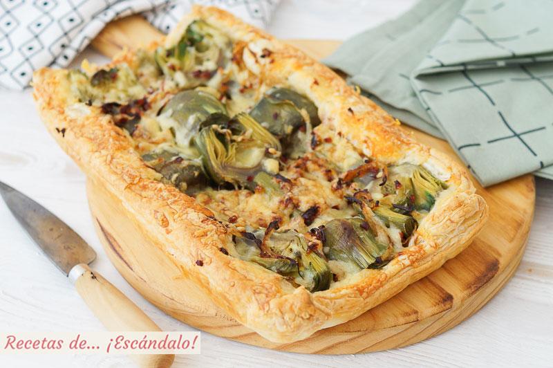 Tarta salada de hojaldre con alcachofas, jamon serrano y queso cheddar