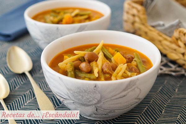 Receta tradicional de sopa minestrone de verduras con pasta y alubias