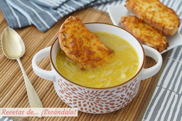 Receta facil y tradicional de sopa de cebolla francesa con queso gratinado