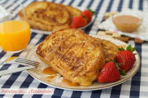 Tostadas francesas o french toast con fresas y caramelo salado