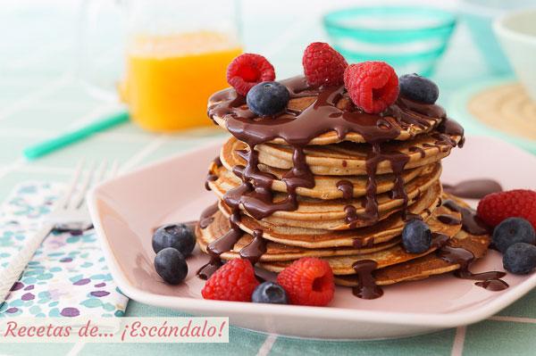 Receta de torre de panqueques o pancakes de avena y banana con chocolate