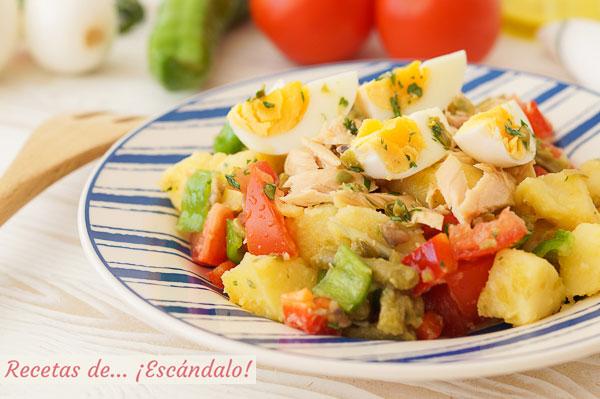 Receta de ensalada de verano con patatas y vinagreta de anchoas y alcaparras