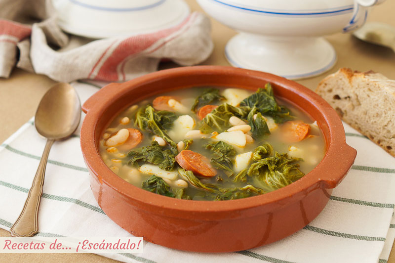 Caldo gallego tradicional con berza y lacon, delicioso y reconfortante