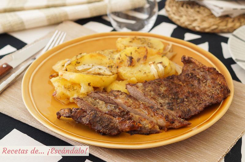 Secreto iberico de cerdo al horno con patatas asadas y cebolla, de 10