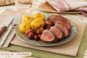 Solomillo de cerdo iberico al horno con uvas y patatas con mantequilla de hierbas